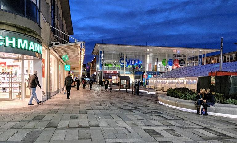Google-Pixel-2-camera-sample-shops-at-night