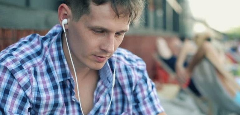 man listening to music smartphone streaming